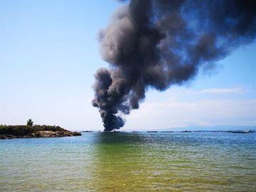 Arde un barco con 50 personas a bordo tras chocar contra una batea en Pontevedra