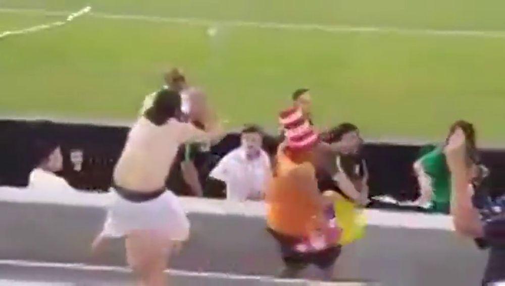Higuita respondió a los insultos de un hincha con este tremendo puñetazo