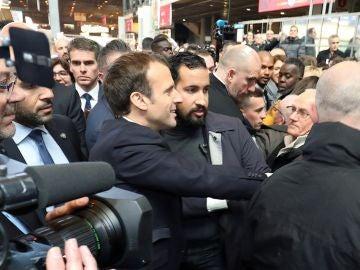 Fotografía de archivo que muestra al presidente francés, Emmanuel Macron, junto a su guardaespaldas Alexandre Benalla