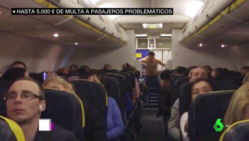 Multa de 5.000 euros a quien 'monte un pollo' en un avión