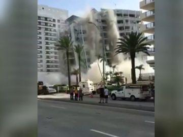 Un edificio se viene abajo por completo en una playa de Miami