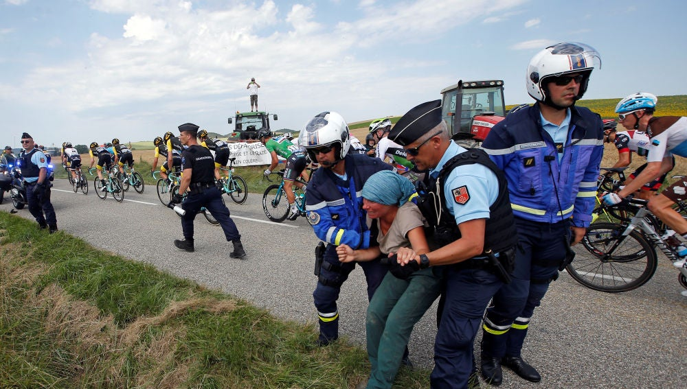 Policia disolviendo a los manifestantes durante el Tour de Francia