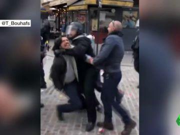 Asesor de Macron golpea manifestante