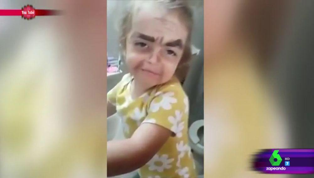 El vídeo viral de una niña que no le gusta su 'pintaje' e intenta quitárselo