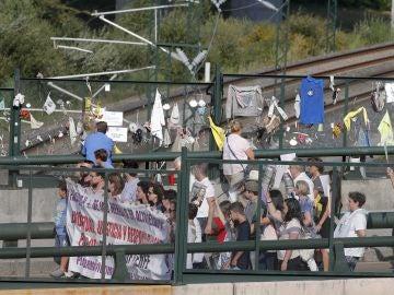Víctimas y familiares de los fallecidos en el accidente de tren ocurrido hace cinco años en la curva de Angrois, en las proximidades de la estación de Santiago de Compostela