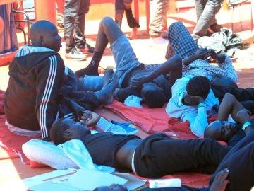 Varios de los migrantes rescatados en El Estrecho de Gibraltar.