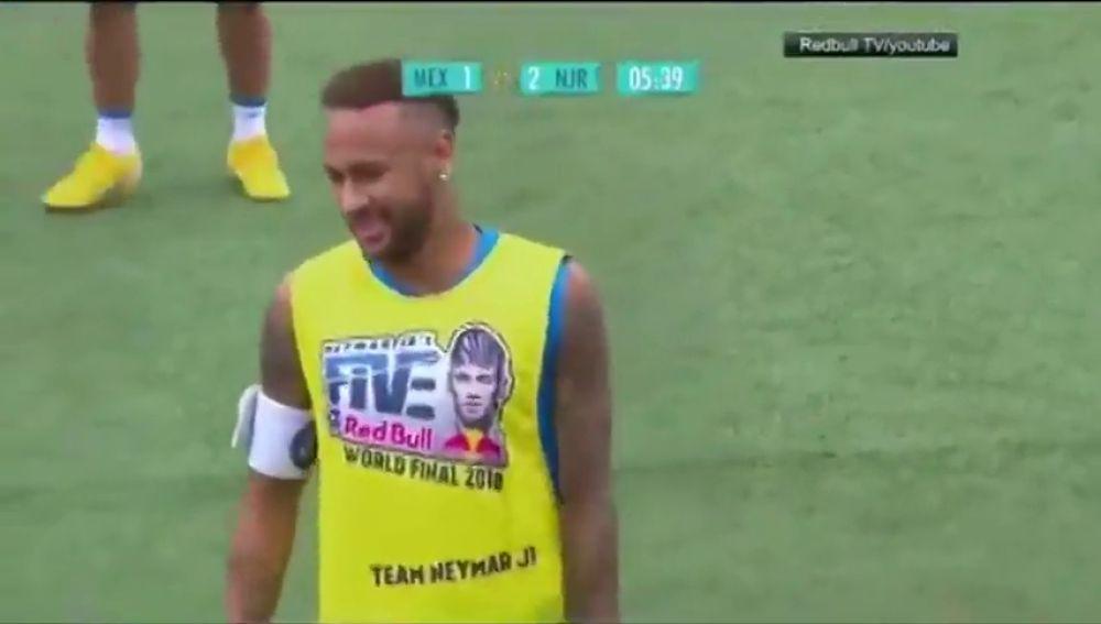 El pique de Neymar con un rival en un torneo de freestyle