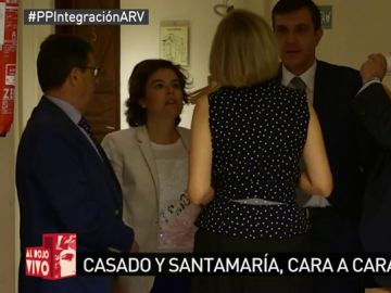 Soraya Sáenz de Santamaría y María Dolores de Cospedal charlando en el Congreso