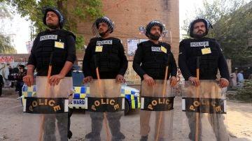 Varios policías vigilan un colegio electoral en Pakistán