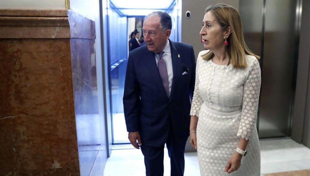 El director del CNI Félix Sanz Roldán, junto a la presidenta del Congreso, Ana Pastor a su salida de la Cámara Baja