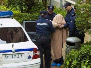 Agentes de la Ertzaintza trasladan a un arrestado