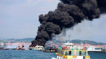Columna de humo negro provocada por el incendio de un catamarán turístico.