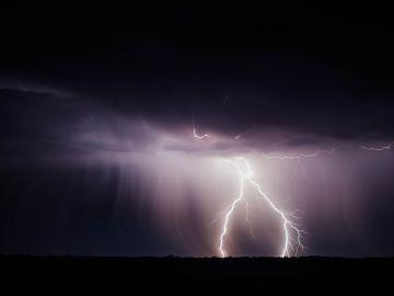 Las descargas eléctricas provocan cambios en la composición de la atmósfera