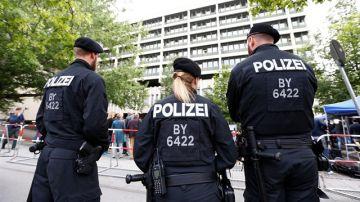 Agentes de policía en frente de los tribunales de Munich