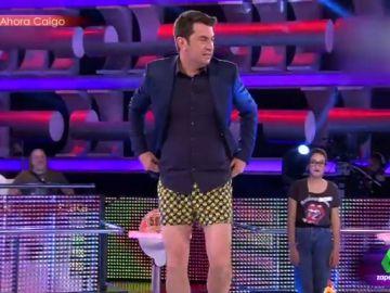En calzoncillos y con una señora del público cosiéndole el pantalón: el momentazo más surrealista de Arturo Valls en Ahora Caigo