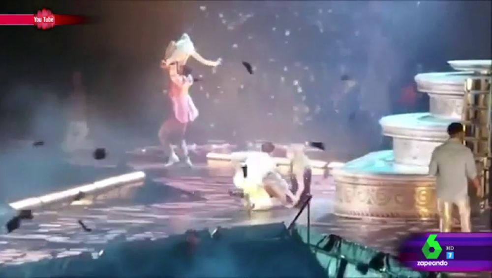 Este es el inesperado momento en el que Taylor Swift se cae en pleno concierto por culpa de su bailarín