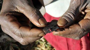 Imagen de una persona cogiendo varias cuchillas