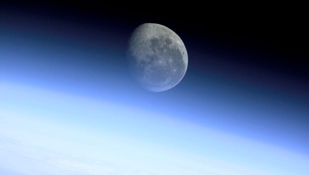 La Luna es el 5º satélite más grande de nuestro sistema solar. En esta imagen, fue fotografiada desde la Estación Espacial Internacional (ISS)