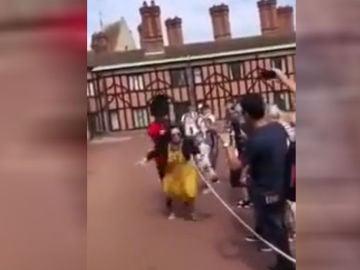 Empujón de un guardia a una turista en el castillo de Windsor