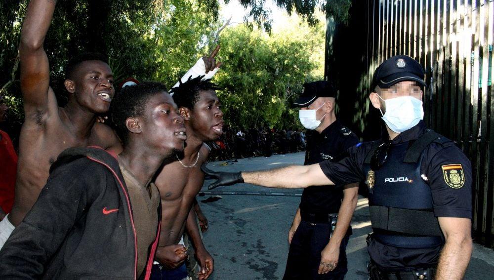 Violento salto masivo a la valla de Ceuta
