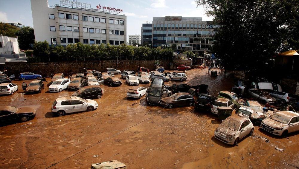 Varios vehículos han sido arrastrados por el agua en una calle inundada de Maroussi, suburbio de Atenas.