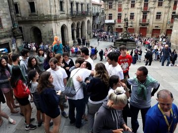 Cientos de personas aguardan en fila desde primera hora de la mañana, para poder asistir a los actos religiosos que se celebran en la catedral compostelana, en el día de Santiago Apóstol.