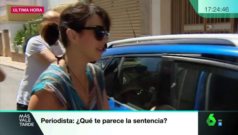 Juana Rivas a la salida de su domicilio en Maracena