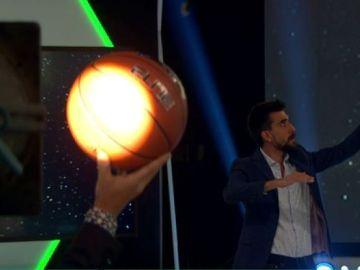 El eclipse lunar, con una pelota de tenis y una de baloncesto