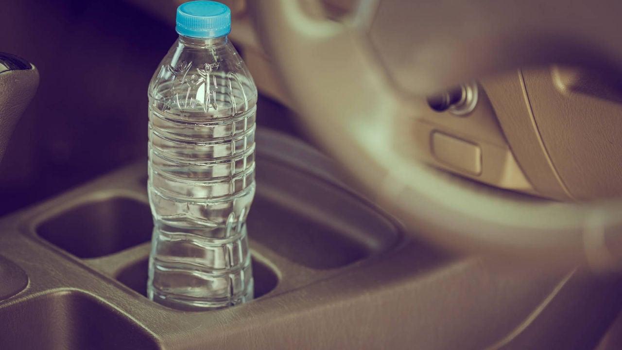 Resultado de imagen para Las autoridades advierten del peligro de dejar botellas de agua en el auto