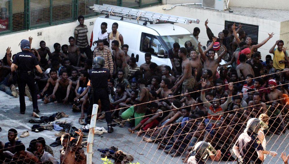 Migrantes en un centro abarrotado.