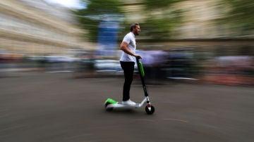 Un hombre circula en patinete eléctrico