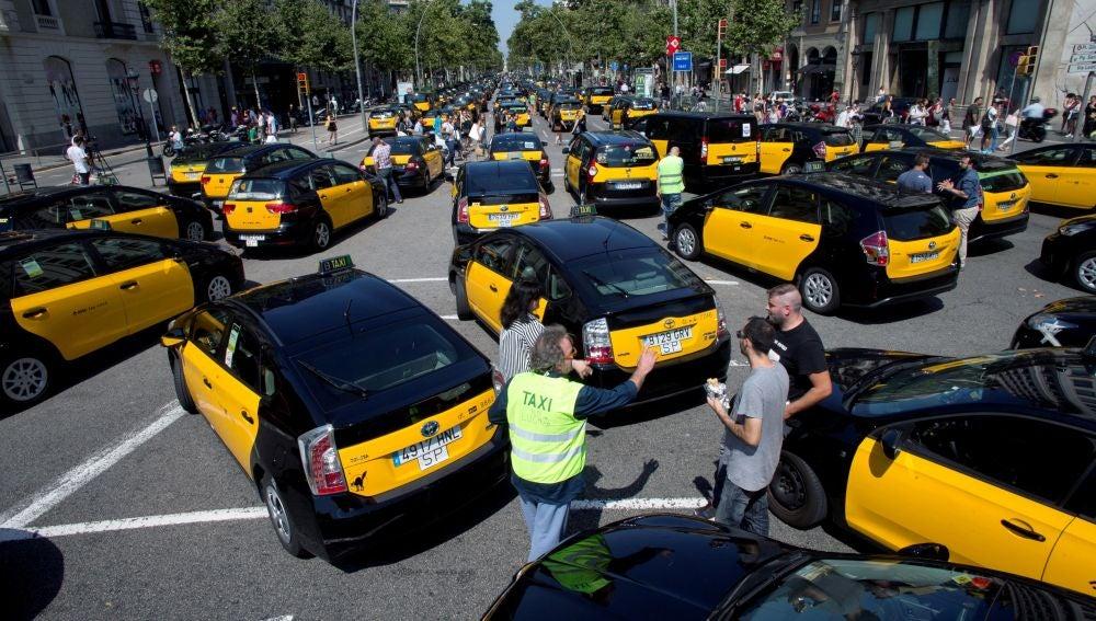 Los taxistas de Barcelona colapsan el centro de la ciudad, donde una marcha lenta ocupa la Gran Vía.