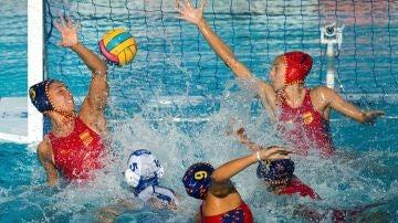 La selección femenina de waterpolo, durante un partido