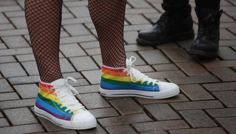 Manifestantes que protestan por los derechos del colectivo LGTB