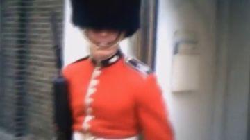 Con la guardia de la reina de Inglaterra no se juega