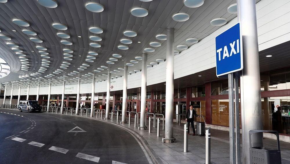 Parada sin taxis en la Terminal uno del aeropuerto Adolfo Suárez-Madrid Barajas