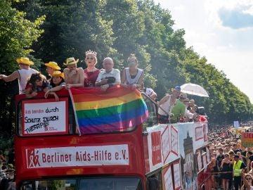 Cientos de miles recorren las calles de Berlín en día del orgullo gay