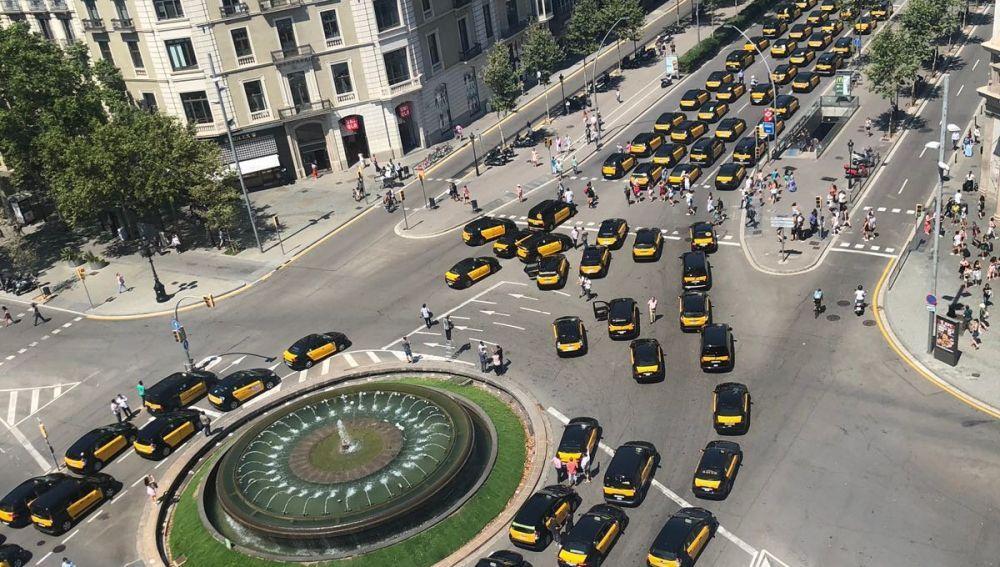 Resultado de imagen de taxis de Barcelona agreden Uber