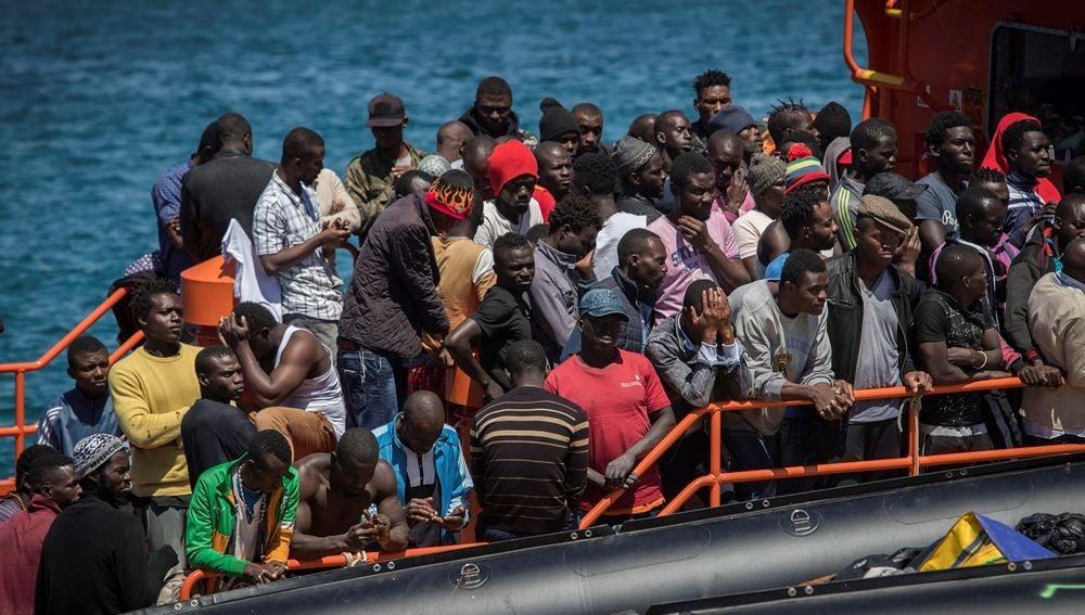 Migrantes rescatados en el Estrecho de Gibraltar aguardando en el puerto de Tarifa (Cádiz) para ser desembarcados
