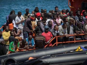 nmigrantes rescatados ayer en el Estrecho de Gibraltar aguardando en el puerto de Tarifa (Cádiz) para ser desembarcados