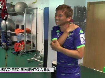 La efusiva bienvenida del Betis a Takashi Inui