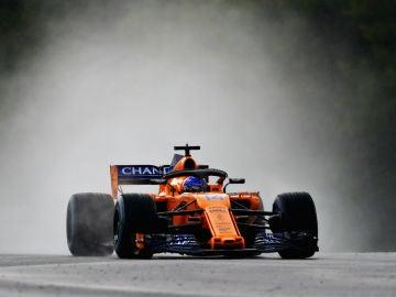 Fernando Alonso, con el MCL33 en la lluvia