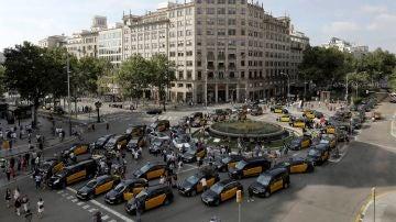 Los taxis cortan la Gran Vía de Barcelona