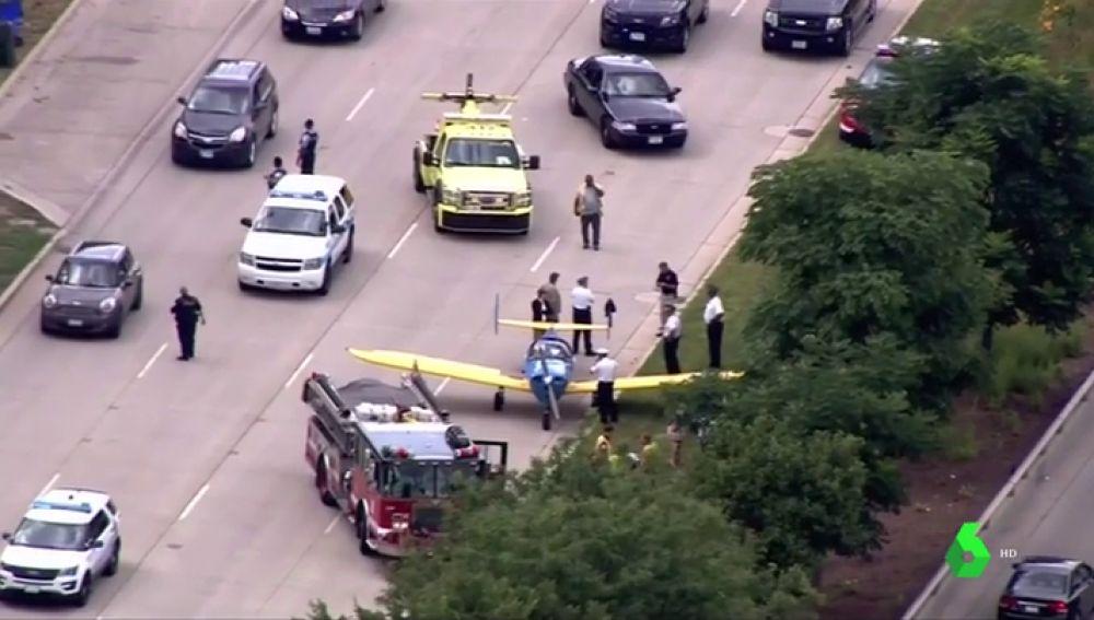 Una avioneta aterriza en una autovía en Chicago
