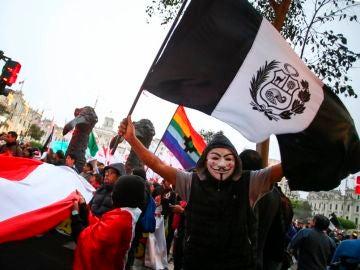 Manifestantes participan en la tercera marcha contra la crisis en el sistema judicial peruano en su recorrido por diversas avenidas del centro histórico de Lima