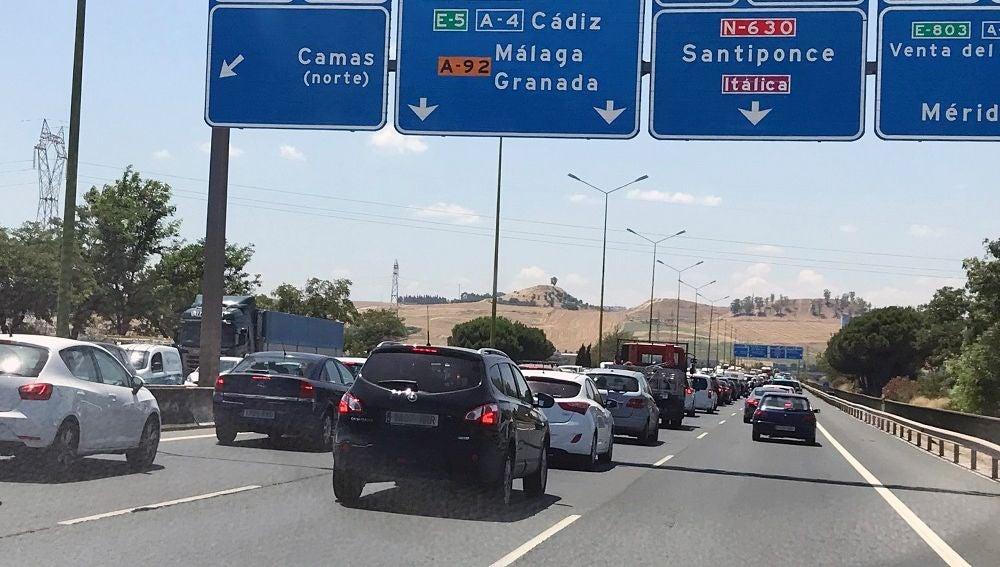 Tráfico a la salida de Sevilla con destinos a las principales zonas turísticas de costa y litoral.