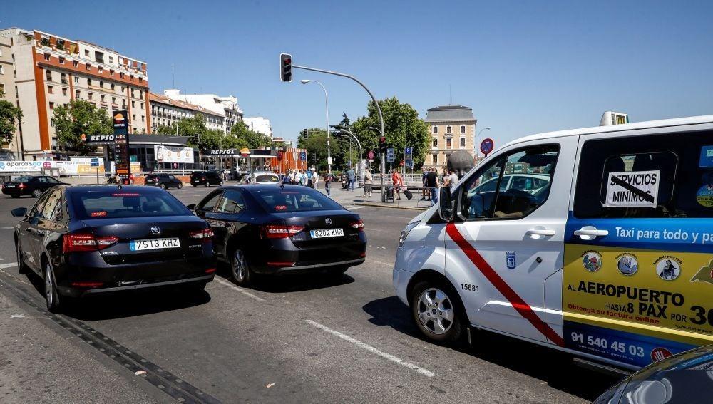 Dos vehículos VTC delante de un Taxi