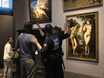 Vigilantes de seguridad de la Casa Museo de Paul Rubens, en Amberes, impiden a los turistas ver los cuadros