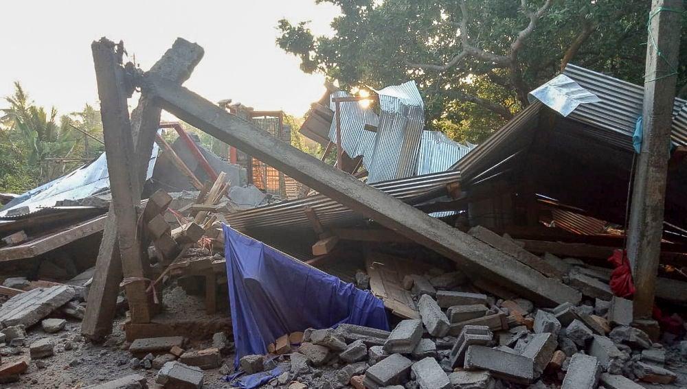 Una casa destruida por el terremoto en Indonesia