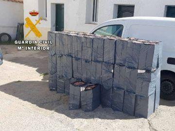 intervenido 15.500 cajetillas de tabaco de contrabando, valoradas en 66.650 euros, en el interior de una furgoneta en la localidad gaditana de San Roque.